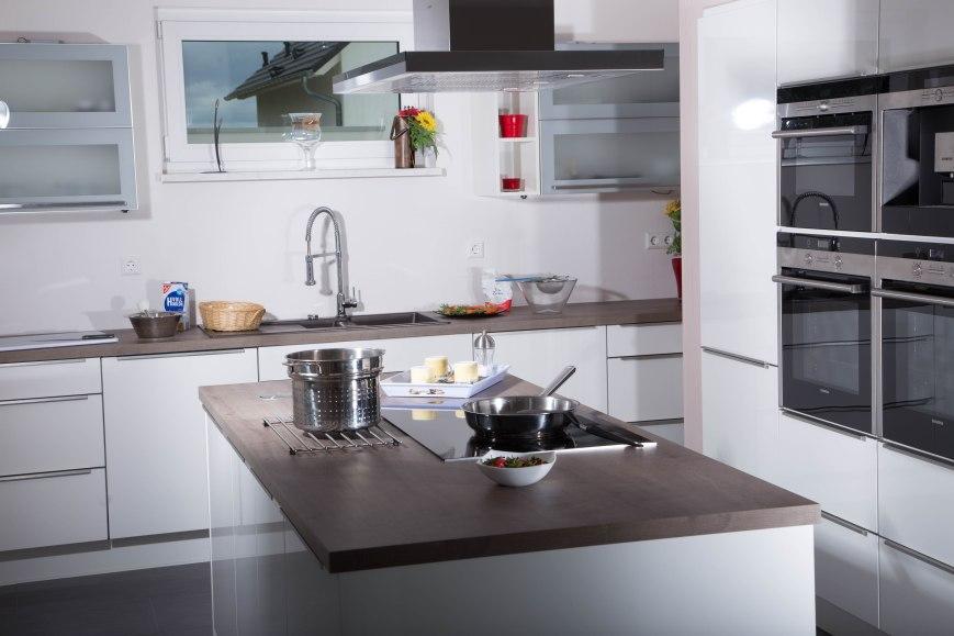 Die geräumige Küche mit Kochinsel und topmoderner Ausstattung bildet das Zentrum für gesellige Kochabende